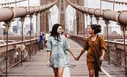Girls friends young brooklyn bridge travel happy independent ny muymuyfeliz alegria amor felicidad fe psicologiaespiritual muy muy feliz